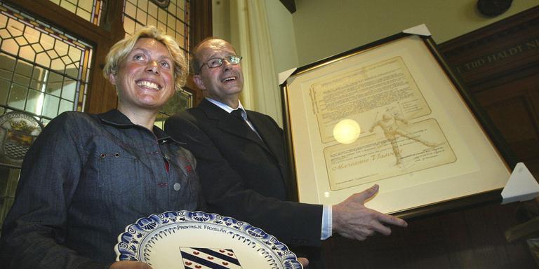 Marianne Vlasveld ontvangt uit handen van gedeputeerde Piet Bijman de Friese Sportprijs 2003. FOTO LC