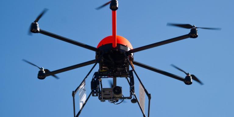 Weer drone vlak langs passagierstoestel