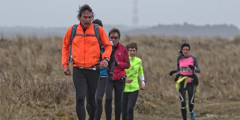 Deelnemers aan de 35 km op de zondag van de vuurtorentrail op Ameland. FOTO JAN SPOELSTRA