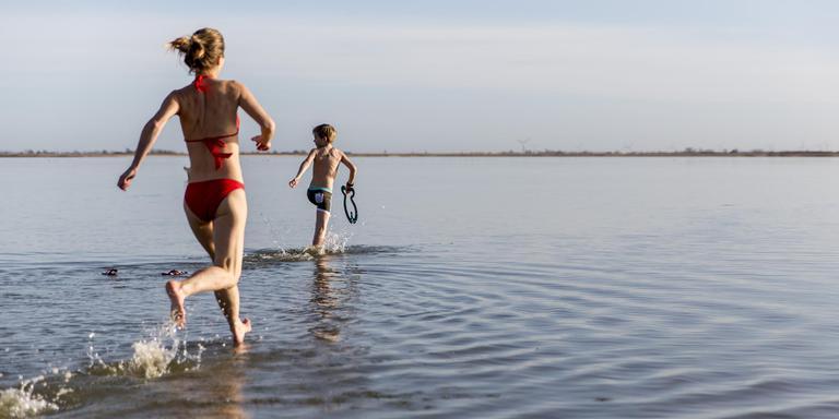 Jong en oud doken bij de Afsluitdijk in zoet en zout water. FOTO MERLIJN TORENSMA