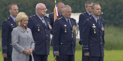 Minister Hennis, Schnitger (derde van links) en Luyt (uiterst rechts).