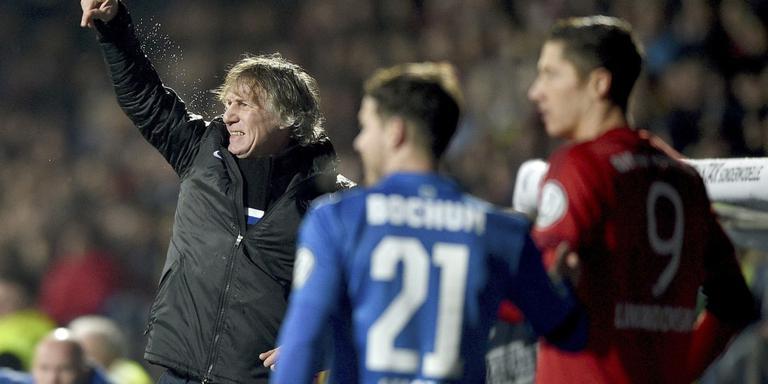 VFL Bochum-coach Gertjan Verbeek druk gebarend naar zijn spelers. FOTO EPA/JONAS GUETTLER