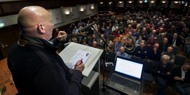 BFVW-voorzitter Rendert Algra bepleit voor een volle zaal onderzoek naar het effect van eierrapen op de ievitenstand. FOTO MARCEL AN KAMMEN