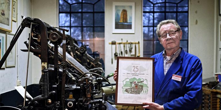 Gerard de Lange toont de Kopperprent die vandaag wordt gepresenteerd. FOTO NIELS DE VRIES
