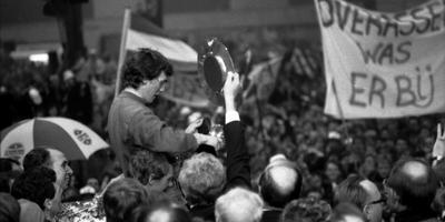 Evert van Benthem op de schouders. FOTO ARCHIEF LC, 1986.