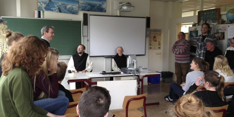 Monniken op bezoek op school Schier