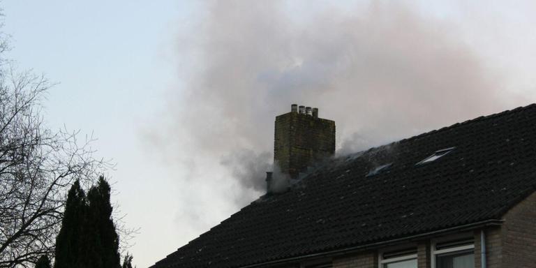 Aan Het Mad in Oosterwolde woedde zondagavond een flinke zolderbrand. FOTO DE VRIES MEDIA.