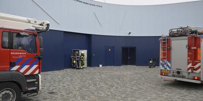 De brandweer van Marsum controleert de stroomvoorziening na de kortsluiting van de machinekamer. FOTO AS MEDIA.