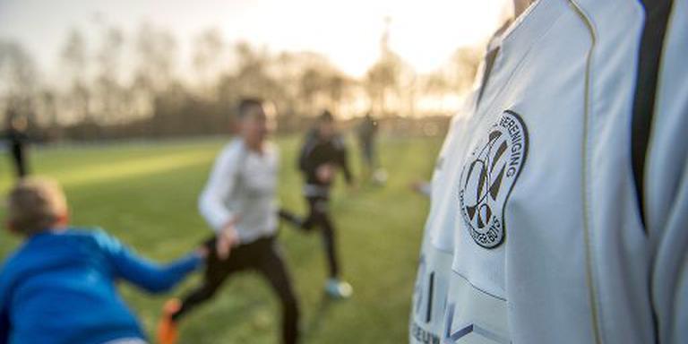 Drachtster Boys D4 doet de warming-up. De club heeft de hoogste contributie van Friesland. FOTO JILMER POSTMA