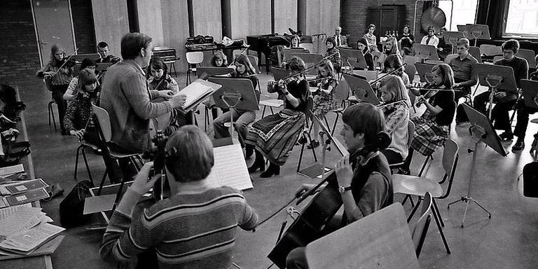 Het pas opgerichte Frysk Jeugd Orkest repeteert in de Harmonie, in 1977.