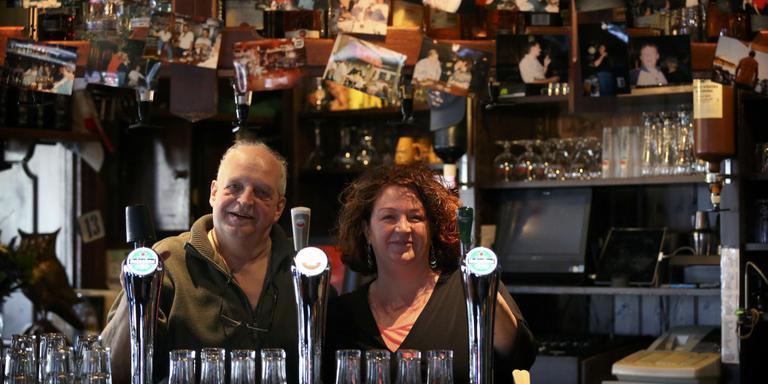 Sjoerd Nicolai en Hendrika Mulder nemen na decennia achter de toog afscheid Bar Oase. FOTO CATRINUS VAN DER VEEN