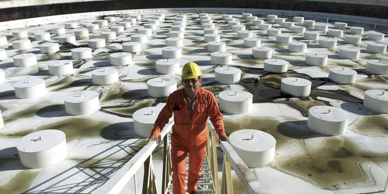 Opslagtanks in Mexico: veel olie, steeds minder waarde. FOTO ARCHIEF LC