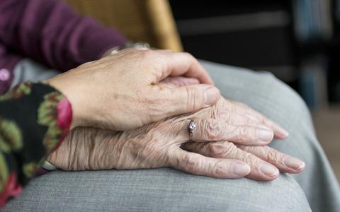 Stichting spant kort geding aan tegen staat om bezoekverbod ouderen
