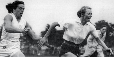 Foekje Dillema (links) geeft tijdens een estafettewedstrijd in 1949 te Groningen het stokje over aan Fanny Blankers-Koen.