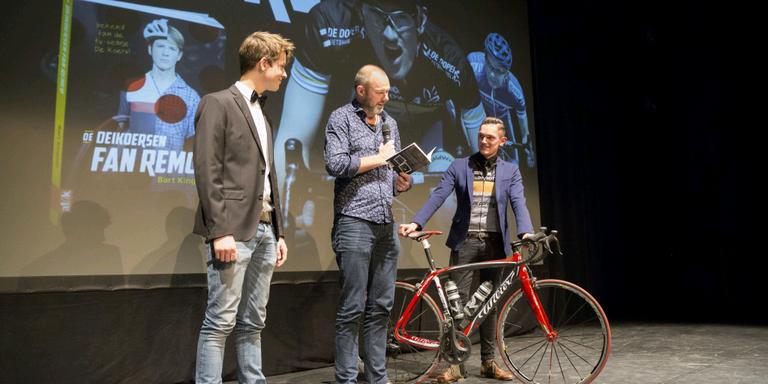 Wieger Meulenbroek (Remco), schrijver Bart Kingma en Romke Gabe Draaier (Sieger) bij de presentatie van de nieuwe Omrop-serie De koers.
