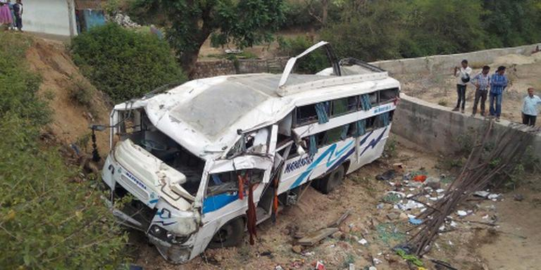 Indiase bus stort in rivierbedding, 17 doden