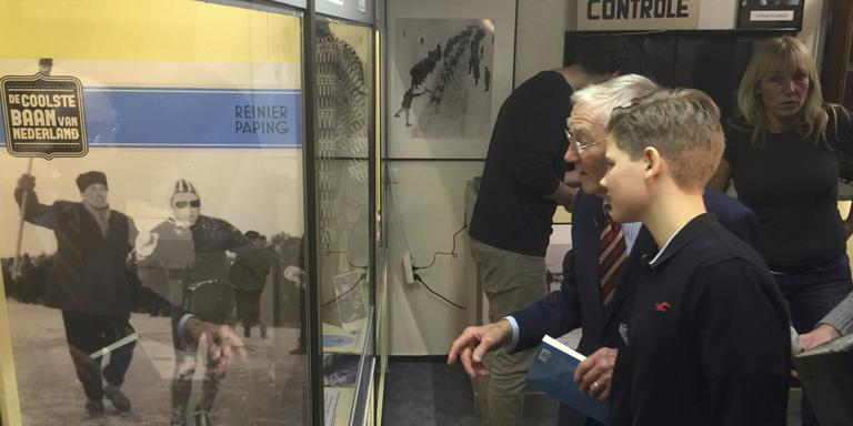 Reinier Paping vertelt kleinzoon Olivier over de Elfstedentocht van 1963. FOTO LC