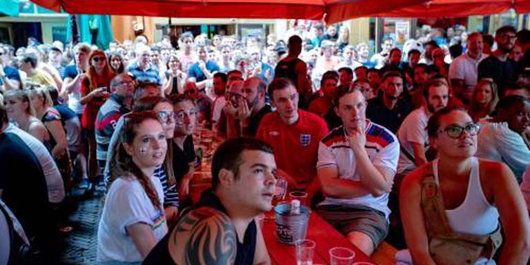 Engelsen en Zweden kijken WK-duel in kroegen