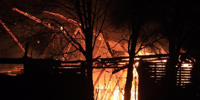 Bij de brand in de manege zijn zeker twee paarden omgekomen. FOTO JARING RISPENS.