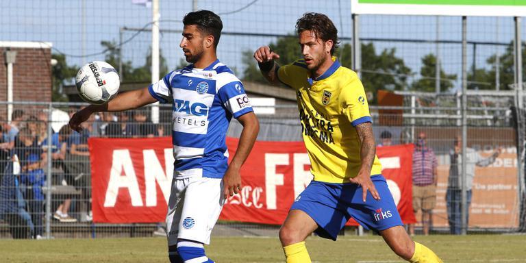 Cambuur-verdediger Kai Heerings (rechts) probeert De Graafschap-aanvaller Shant Bedrosian in toom te houden. FOTO HENK JAN DIJKS