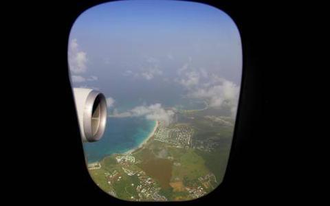 KLM-toestel op Sint-Maarten voor hulp