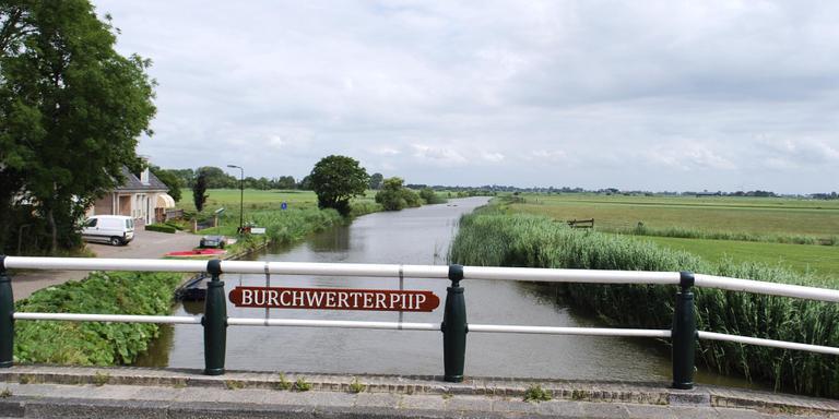 In Burgwerd is een nieuw naambordje op de brug bevestigd. De foto is uit 2015. FOTO HIEKE JOOSTEMA