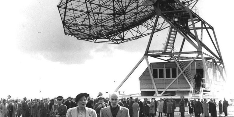 Koningin Juliana en Jan Hendrik Oort bij de opening van de sterrenwacht in Dwingeloo, op 17 april 1956.