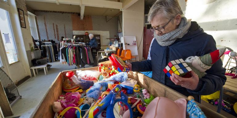 Klant Berdine Borgers zoekt spulletjes in de weggeefwinkel voor haar kleinkinderen uit Australië. FOTO HOGE NOORDEN/JACOB VAN ESSEN