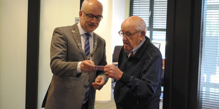 Bijna 101-jarige krijgt opnieuw rijbewijs