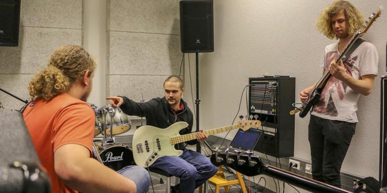 Bassisten aan het oefenen. FOTO LC/ARODI BUITENWERF.