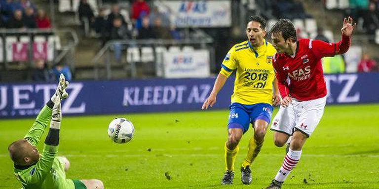 Joris Overeem passeert Leonard Nienhuis en maakt de 2-0. FOTO ANP/PRO SHOTS