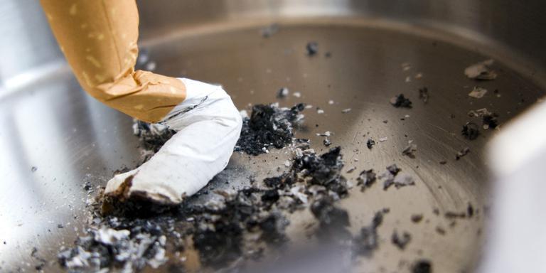 Drie keer roken op stoep Neushoorn