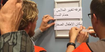 De toiletten krijgen opschriften in het Arabisch.