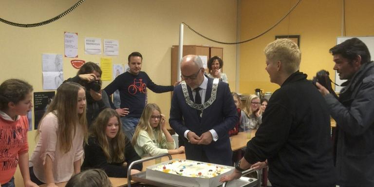Burgemeester brengt taart naar Zuyderzee College