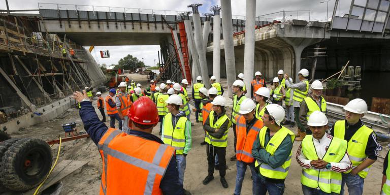 VMBO-studenten krijgen rondleiding op de bouw (Noordzeebrug). FOTO'S ARCHIEF LC/DVHN