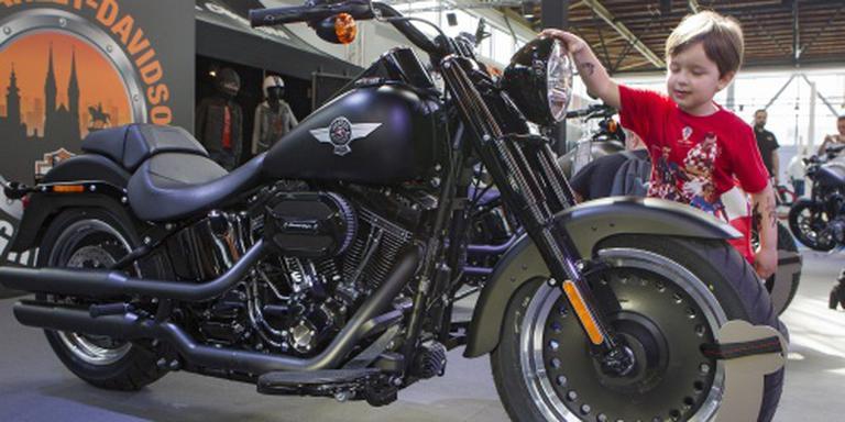 Minder Amerikanen stappen op een Harley