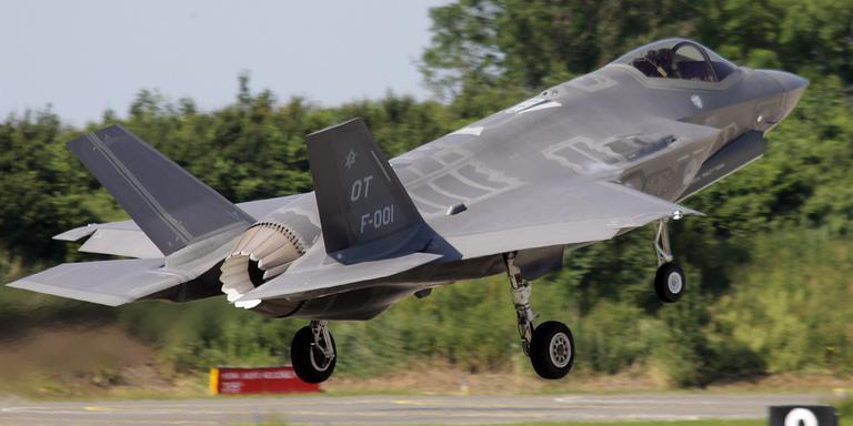 De landing van de F35 op de vliegbasis in Leeuwarden. FOTO DENNIS BETTEN