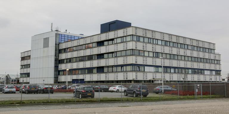 Het voormalig postsorteercentrum aan de Snekertrekweg. FOTO LC/ARODI BUITENWERF