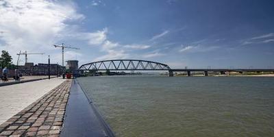 Cruiseschip geëvacueerd na botsing op Waal