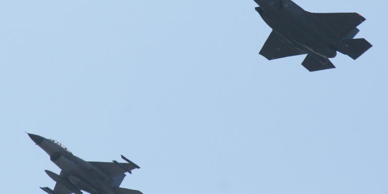 De F-35 boven de stad Groningen. FOTO RICHARD SMID