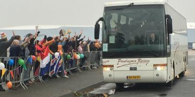 Bussen arriveren in Leeuwarden.