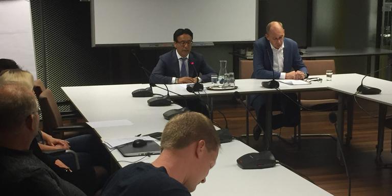 Burgemeester Tjeerd van der Zwan en Thialf-directeur Marc Winters. FOTO LC