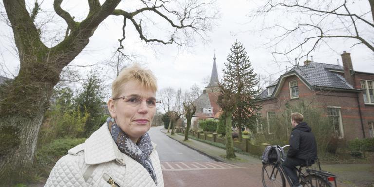Dorpsstyliste Hieke Joostema in Oldeholtpade dat behoort bij de top drie van haar 'moaiste doarpen' FOTO RENS HOOYENGA