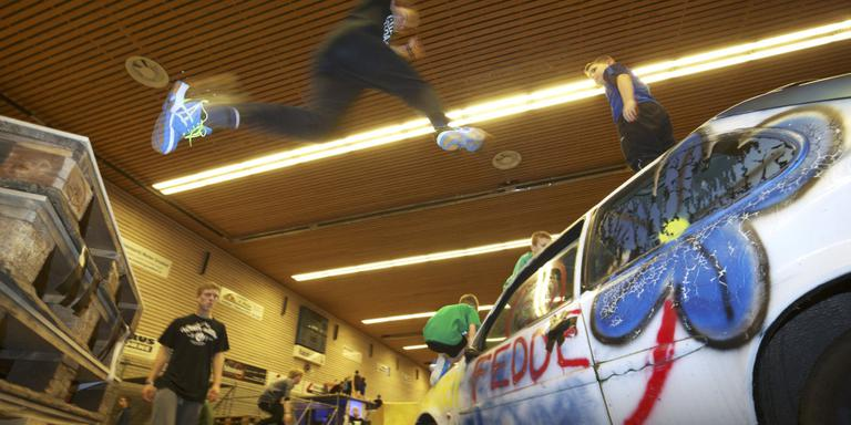 Freerunners zijn niet te benauwd om over auto's te springen. FOTO RENS HOOYENGA