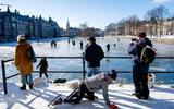 Politie helpt schaatsers van smeltende Hofvijver af