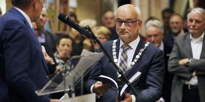 Wethouder Joop Bekkema spreekt de scheidende burgemeester Fred Veenstra toe FOTO NIELS WESTRA