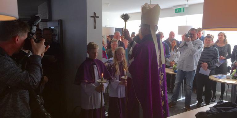 Bisschop Gerard de Korte heeft zondag het nieuwe parochiecentrum in Sint Annaparochie gezegend. FOTO WIM SCHRIJVER