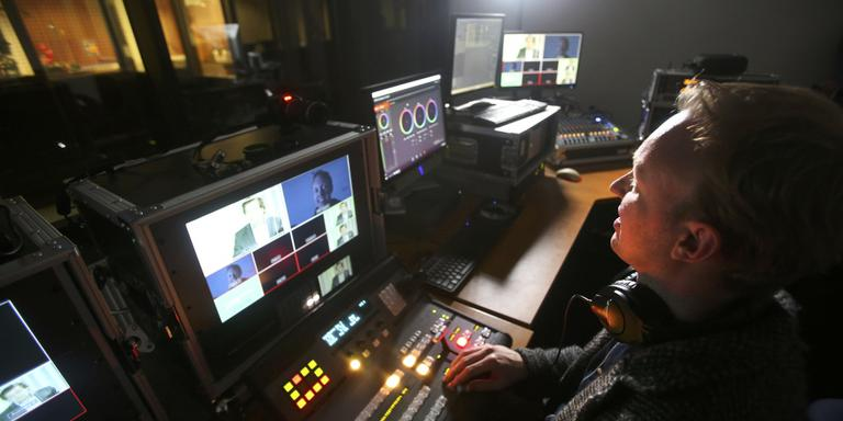 Wimer Algera tussen zijn apparatuur voor live-uitzendingen op internet. FOTO NIELS WESTRA