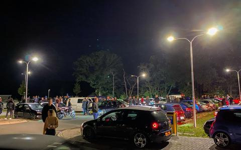 Controle op car meetings in Leeuwarden na afsluiten Junokade, tientallen auto's verzamelen bij Rottevalle