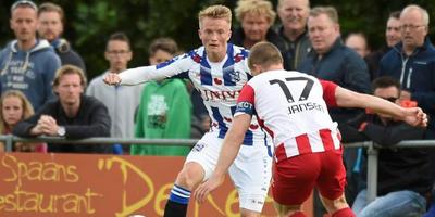 Sam Larsson houdt het overzicht in duel met Jochem Jansen van FC Oss. FOTO FPH/MUSTAFA GUMUSSU